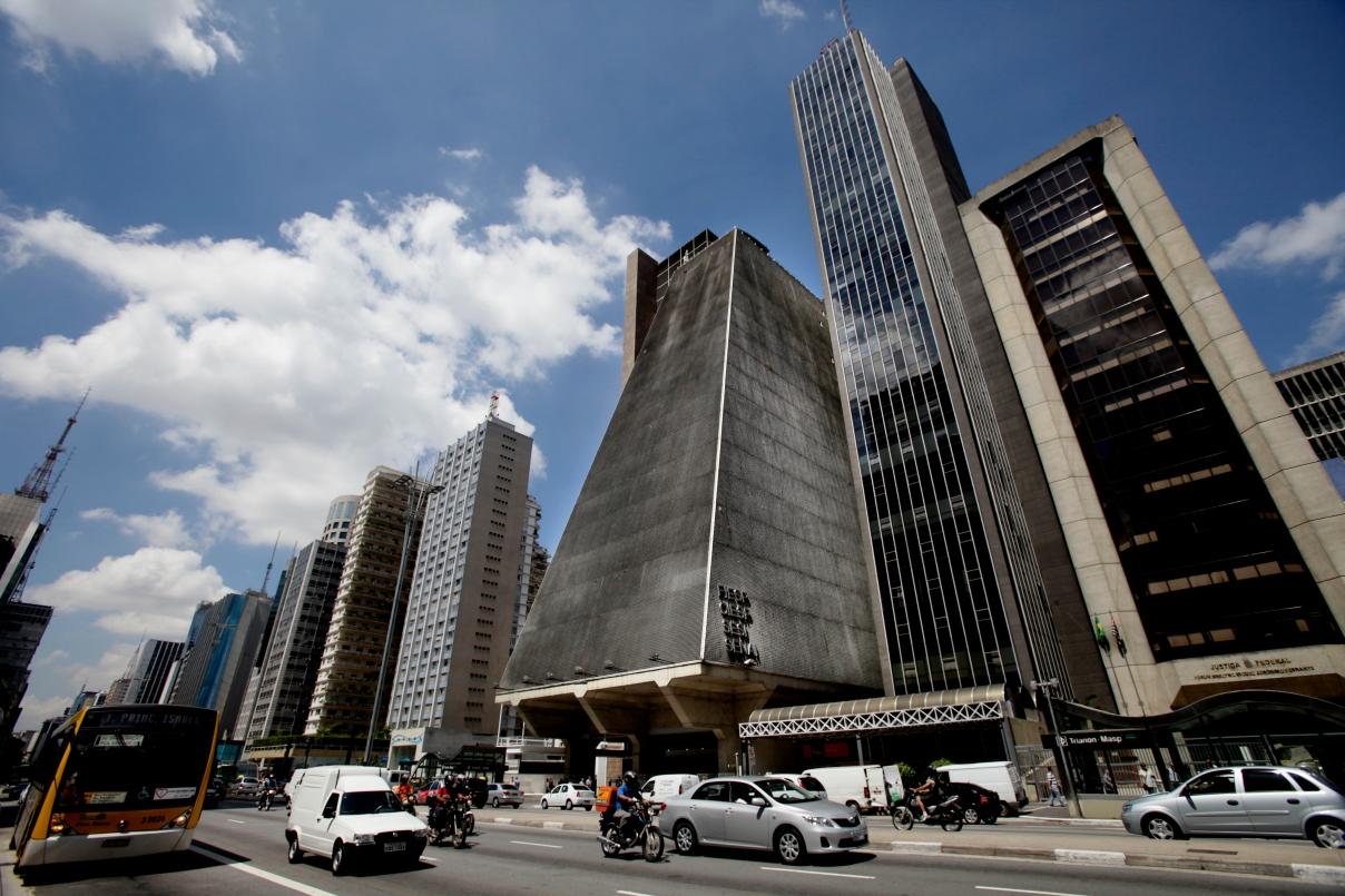 Imagens da Avenida Paulista, prédio da FIESP, pedestres em dife